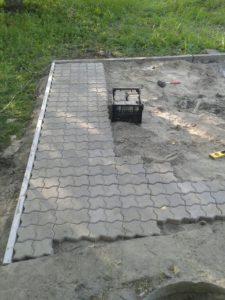 процесс укладки тротуарной плитки в Харькове
